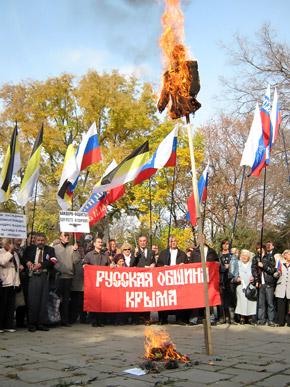 Митингующие «зажигали» прямо в центре Симферополя.