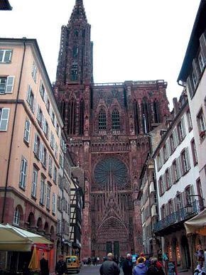 Страсбургский собор можно рассматривать часами и снаружи, и внутри.