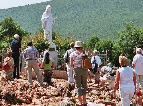 Статуя «Девы Марии» установлена на холме, на котором она впервые появилась